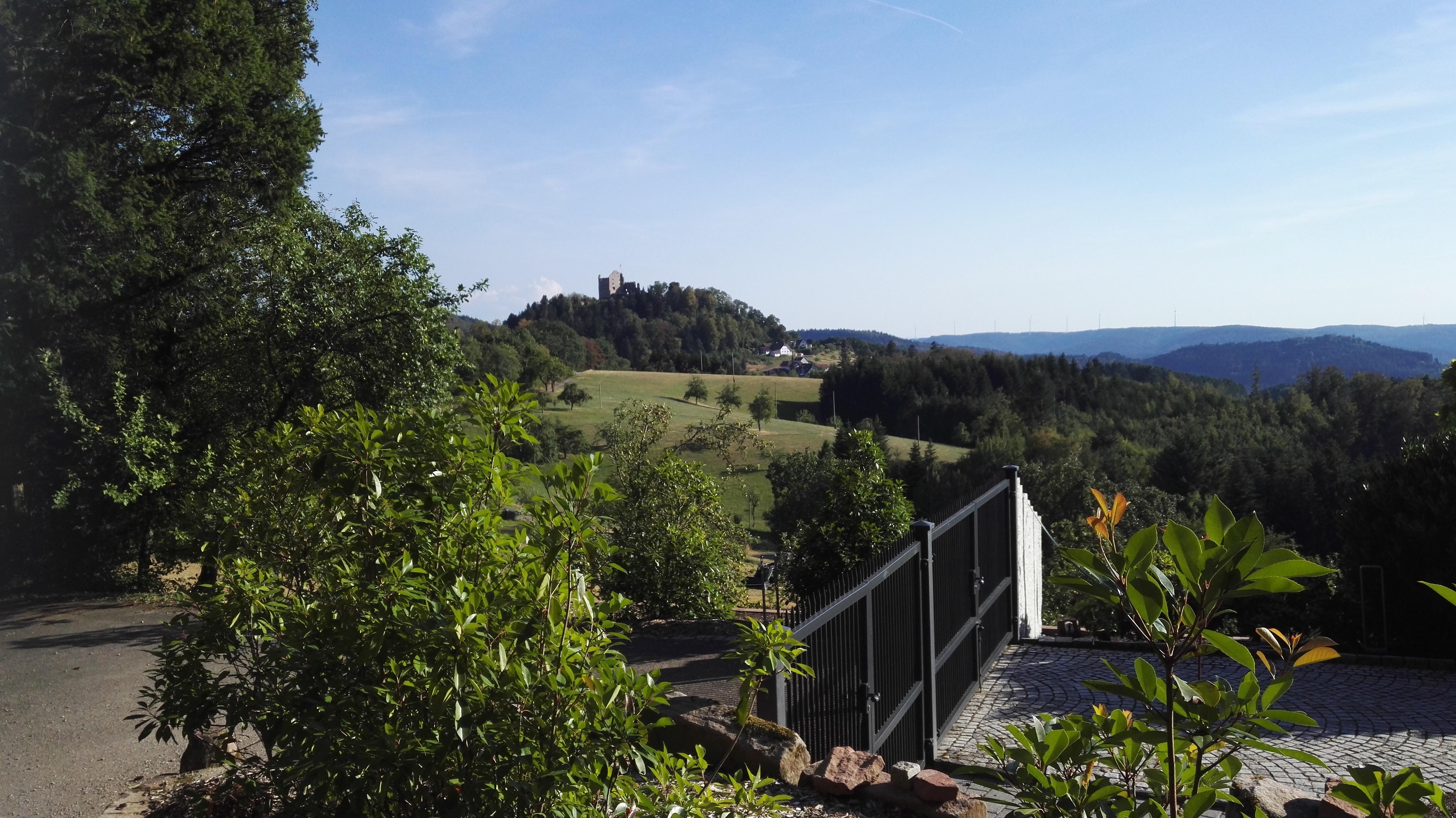Blick von der Raukastendestille auf die Burg Hohengeroldseck